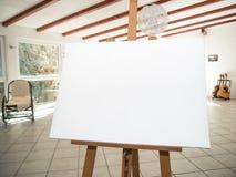 Weißes Segeltuch auf hölzernem Gestell Stockfotografie