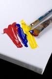 Weißes Segeltuch mit gelber, roter und blauer Farbe stockbild
