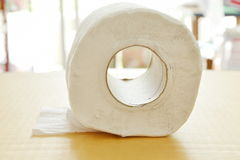 Weißes Seidenpapierrollen auf hartem Blattbrett Lizenzfreies Stockbild