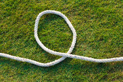 Weißes Seil auf grünem Rasen Stockfotos