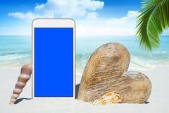Weißes Smartphone und hölzernes Herz Stockbilder