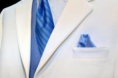 Weißes Smoking mit blauer Bindung und Weste Stockfotografie