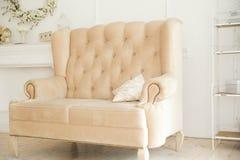 Weißes Sofa, Lehnsessel steht in einem schönen Innenraum Lizenzfreie Stockfotos