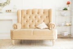 Weißes Sofa, Lehnsessel steht in einem schönen Innenraum Stockbilder