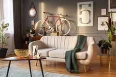 Weißes Sofa mit Decke stockbilder