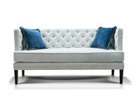 Weißes Sofa mit zwei blauen Kissen Stockfotografie