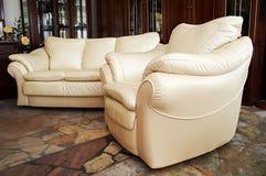 Weißes Sofa und Lehnsessel Stockbilder