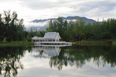 Weißes Sommerhaus auf einem Wasser Lizenzfreie Stockbilder