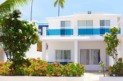 Weißes Sommerlandhaus in den Tropen lizenzfreies stockfoto