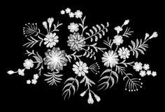 Weißes Spitzemuster von Blumen auf einem schwarzen Hintergrund Nachgemachte Stickerei Kamille, Vergissmeinnicht, Gerbera, Paisley Lizenzfreie Stockfotos