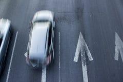 Weißes Straßenauto in der Bewegung stockfotos