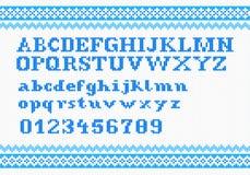 Weißes strickendes Alphabet auf rotem Hintergrund Lizenzfreies Stockfoto
