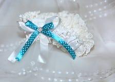 Weißes Strumpfband mit blauem Band und diamante Stockbilder