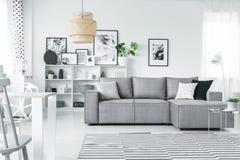 Weißes Studio mit Galerie stockfoto