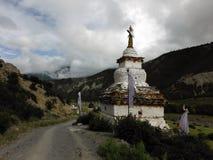 Weißes Stupa auf der Spur eines Himalajatrekkers Stockfoto