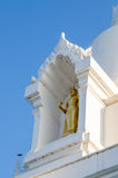Weißes stupa und buddhistische Statue Stockfotografie
