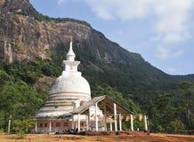 Weißes stupa unter Adams Spitze Stockfotografie