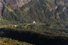 Weißes stupa unter Adams Spitze in Sri Lanka Lizenzfreies Stockbild