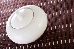 Weißes Sugar Bowl auf Placemat Lizenzfreie Stockbilder