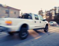 Weißes SUV auf Straße Stockfotos