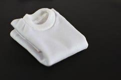 Weißes T-Shirt gefaltet getrennt Lizenzfreie Stockfotos
