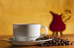 Weißes Tasse Kaffee- und Saucer-Stillleben stockfotografie