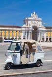 Weißes Taxi Tuk Tuk mit Fahrer, Lissabon Stockfoto