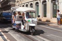 Weißes Taxi Tuk Tuk mit Touristen Lizenzfreies Stockfoto