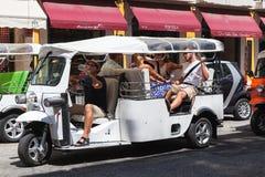 Weißes Taxi Tuk Tuk reitet die Straße Stockfoto