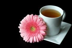 Weißes Teecup mit rosafarbener Blume Lizenzfreie Stockfotografie