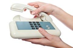 Weißes Telefon in der Hand der Frau lizenzfreie stockfotografie