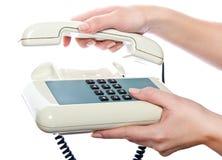 Weißes Telefon in der Hand der Frau stockfotos