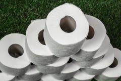 Weißes Toilettenpapier auf grünem Gras lizenzfreies stockbild