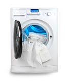 Weißes Tuch und Waschmaschine Stockbild
