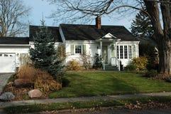 Weißes u. grünes Haus Stockbilder