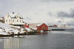 Weißes u. rotes Haus von Lofoten Lizenzfreies Stockbild
