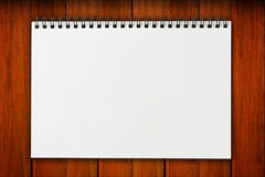 Weißes unbelegtes Anmerkungspapier Stockbild