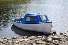 Weißes und blaues Boot Stockfotos