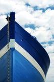 Weißes und blaues hölzernes Boot Stockfoto
