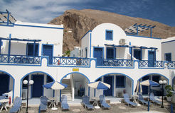 Weißes und blaues Hotel in Perisa Lizenzfreie Stockfotos