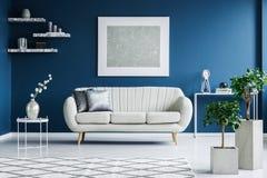 Weißes Und Blaues Wohnzimmer Lizenzfreie Stockbilder