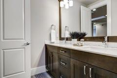 Weißes Und Braunes Badezimmer Rühmt Sich Einen Winkel, Der Mit Doppelter  Eitelkeit Gefüllt Wird Stockbild