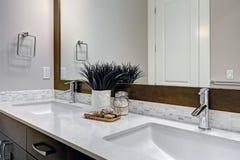 Weißes Und Braunes Badezimmer Rühmt Sich Einen Winkel, Der Mit Doppelter  Eitelkeit Gefüllt Wird Lizenzfreie