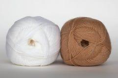 Weißes und braunes Garn lizenzfreies stockfoto