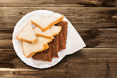 Weißes und dunkles Brot Stockfotografie