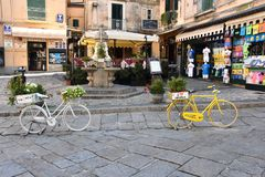 Weißes und gelbes Fahrrad mit Blumen in Tropea stockfoto