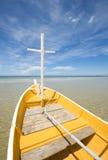 Weißes und gelbes Fischerboot Lizenzfreies Stockbild