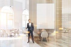 Weißes und hölzernes Luxuscafé mit einem Plakat, Mann Stockbilder
