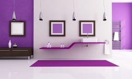 Weißes und purpurrotes Badezimmer Lizenzfreie Stockbilder