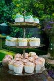 Weißes und rosa Macaron auf cakestand gegen Behälterhintergrund Stockbild